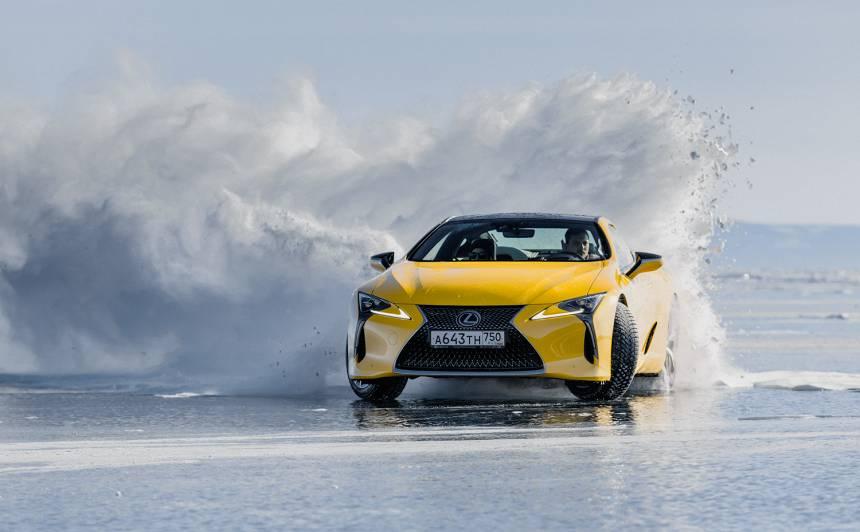 Krievijas drifta čempions ar <strong><em>Lexus LC</em> driftē uz aizsalušā Baikāla ezera</strong>