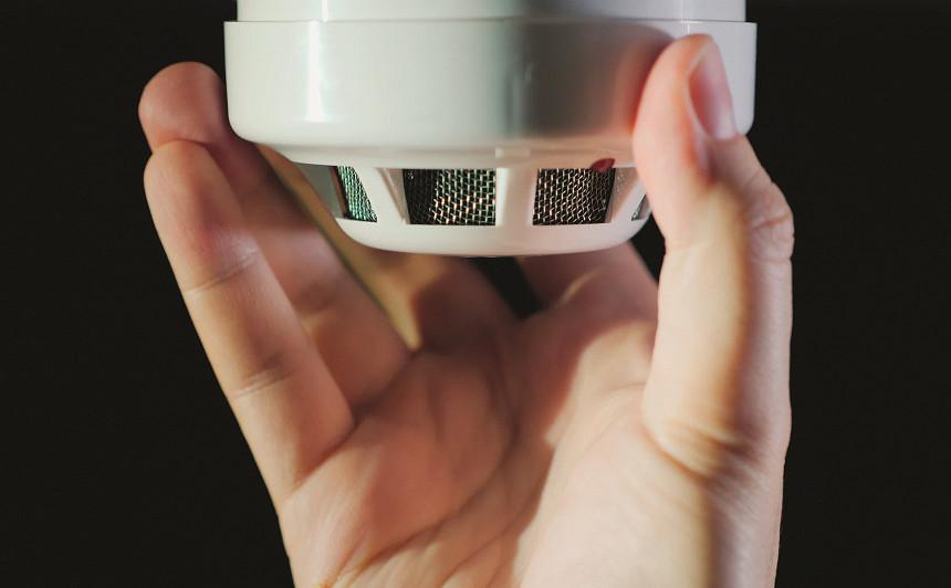 <strong>Krāpnieki veic viltus dūmu detektoru pārbaudes,</strong> uzdodoties par VUGD darbiniekiem
