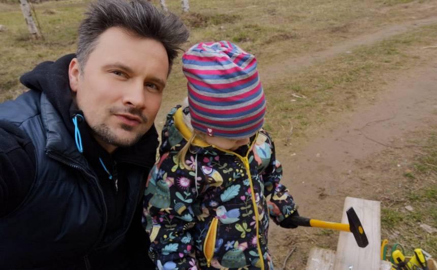 <strong>Aktieris Andris Bulis ar meitu</strong> uzmeistaro putnu būrīti