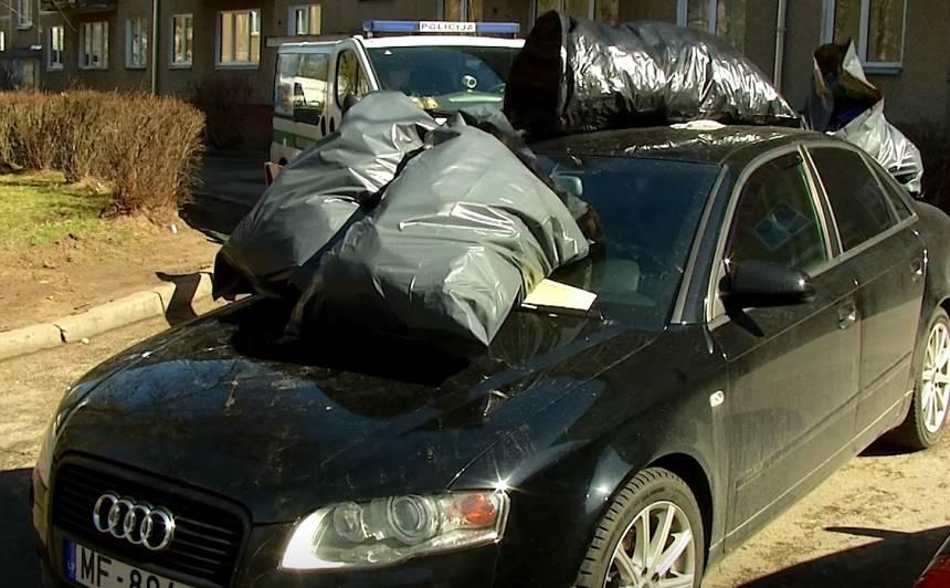 Kaimiņi Juglā soda par nepareizu <em>parkošanos</em>, <strong>sakraujot uz auto miskastes maisus</strong>