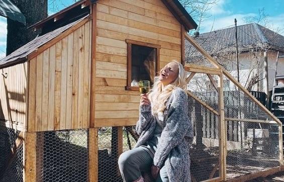 FOTO: <em>Māmiņu klubs</em> vadītāja <strong>Rūta Dvinska uzceļ stilīgu māju vistām</strong>