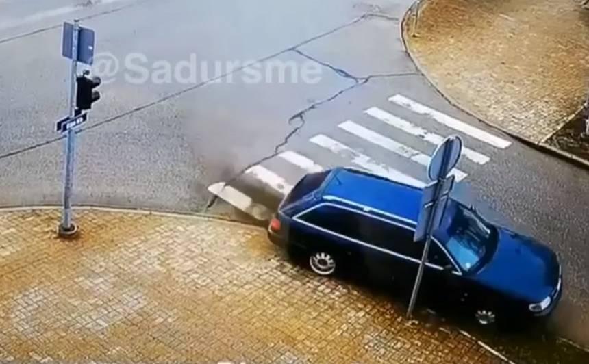 VIDEO: <strong>Neveiksmīgs drifts Gulbenē beidzas</strong> ar notriektu ceļa zīmi