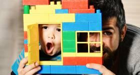 Psiholoģe: Spēlēšanās ar bērniem ir <strong>tikpat nozīmīga kā vārdi <em>Es tevi mīlu</em></strong>