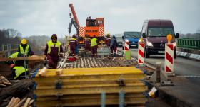 <strong>Lielvārdes novadā sāk atjaunot tiltu pār Lobi,</strong> satiksmi regulēs luksofori