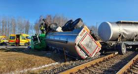FOTO: Pienvedējs uz pārbrauktuves <strong>taranē pasažieru vilcienu</strong>, notriecot pēdējo vagonu no sliedēm