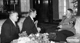 Ārlietu ministrs Vilhelms Munters sarunājās ar Ādolfu Hitleru. Saruna, kas ilga 50 minūtes, notika Jaunā Reiha Valsts kancelejas ēkā pēc neuzbrukšanas pakta parakstīšanas.