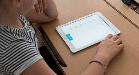 Vēl <strong>2000 skolēniem trūkst attālinātajam mācībām</strong> nepieciešamās viedierīces