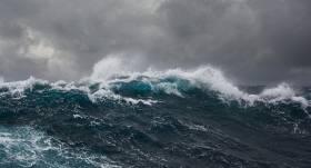 <strong>Gaidāmās vētras dēļ</strong> Latvijā izsludināts oranžais brīdinājums