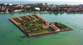 <strong>Dzīvību glābēja karantīna</strong> — karantīnas ēkas uz salas Venēcijā un citi risinājumi