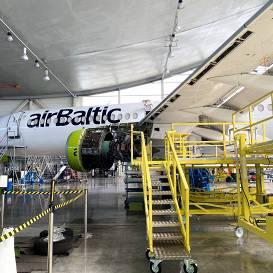 FOTO: <strong>Apčubina, remontē un izkustina — </strong> kas notiek ar <em>airBaltic</em> lidmašīnām dīkstāves laikā