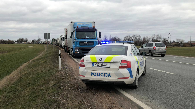 FOTO: Uz Latvijas-Lietuvas robežas izveidojusies <strong>16 kilometrus gara automašīnu rinda</strong>