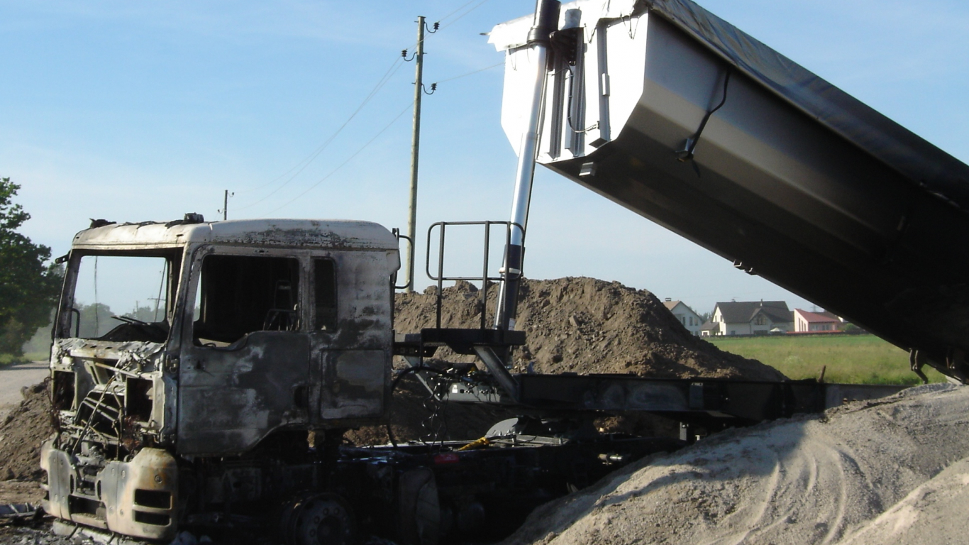 FOTO: <strong>Neuzmanības dārgās sekas</strong> — kā Latvijā ar specializēto tehniku tiek bojāti elektrotīkli