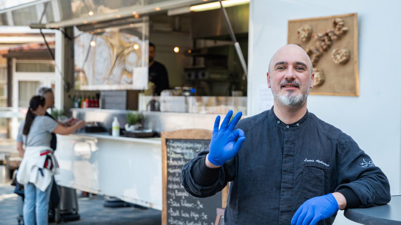 Slavenais šefpavārs <strong>Lauris Aleksejevs tirgo ēdienu autostāvvietā</strong>