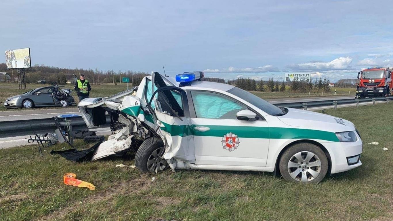 <strong>Smagā avārijā Lietuvā</strong> uz šosejas iznīcina ceļu policijas auto