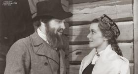 Liena – Lidija Freimane, Kaspars – Žanis Katlaps izrādē Mērnieku laiki. 1950. gads.