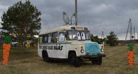 <strong>Autobuss ar ausīm: atjautīga Lieldienu ekspozīcija priecē garāmbraucējus</strong> uz Liepājas šosejas