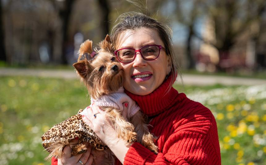 Etiķetes speciāliste Jeļena Marga <strong>adoptē dižciltīgu sunīti</strong>