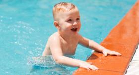 Mācāmies peldēt. <strong>Ar mazuli uz baseinu!</strong>