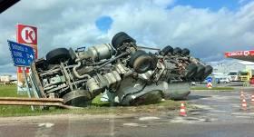 VIDEO: <strong>Saldū avarē cementa vedējs,</strong> kas rotācijas aplī iebrauc ar pārāk lielu ātrumu