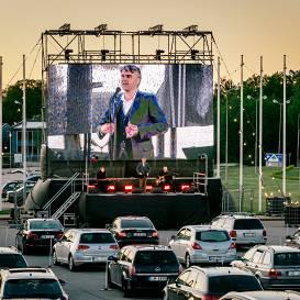 Automašīnu signāla taurēm skanot <strong>aizvadīts pirmais autokoncerts Rīgā</strong>
