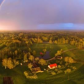FOTO: <strong>Apburoša varavīksne</strong> no drona lidojuma Bērzkrogā