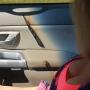 VIDEO: Saulē sakarsusi <strong>smaržu pudelīte izdedzina caurumus auto salonā</strong>