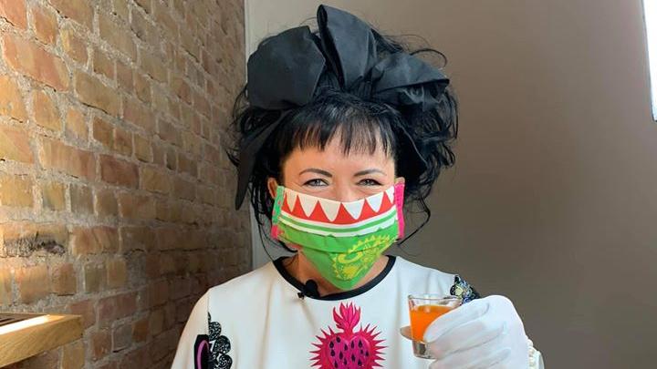 Māksliniece Elita Patmalniece <strong>šuj stilīgas sejas maskas</strong>