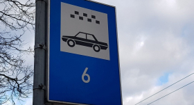 <strong>Rīgā slēgs 50 taksometru stāvvietas;</strong> tās bez maksas varēs izmantot iedzīvotāji