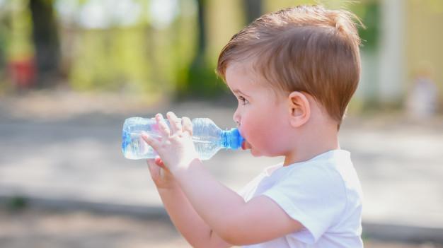Vai zīdainim karstā laikā <strong>jādod dzert ūdeni?</strong>