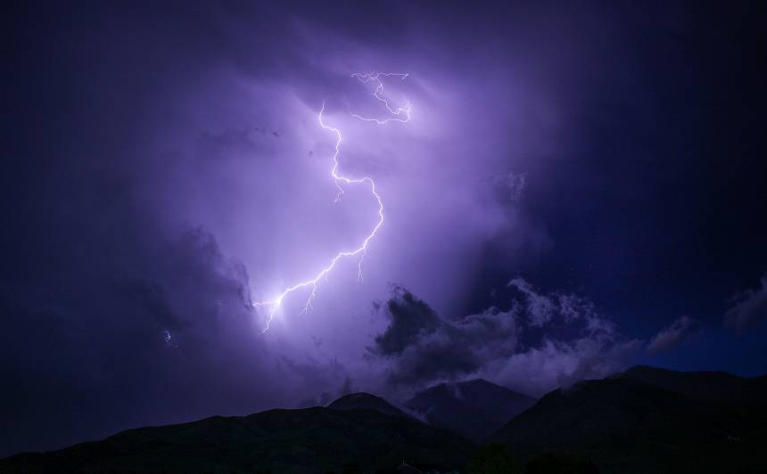 VUGD brīdina par gaidāmu <strong>pērkona negaisu un krusu Latvijas austrumu rajonos</strong>