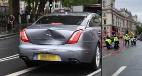VIDEO: Britu premjerministra <strong>Borisa Džonsona automašīnā ietriecas paša apsardze</strong>