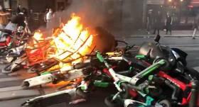 VIDEO: Grautiņi arī Eiropā — <strong>Parīzē izceļas sadursmes starp policiju un protestētājiem</strong>