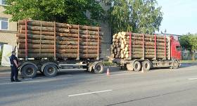 Policija pieķer baļķvedēju, kas <strong>pārsniedzis atļauto masu par vairāk nekā 4 tonnām</strong>