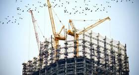 VID sāk <strong>kriminālprocesu par aplokšņu algu izmaksu</strong> būvniecības uzņēmumā — kratīšanā izņem skaidru naudu