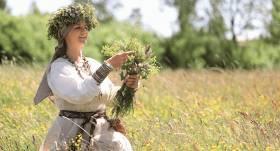 Zāļu sievas Līgas Reiteres gudrības — ko plūkt pļavā <strong>vasaras saulgriežos</strong>