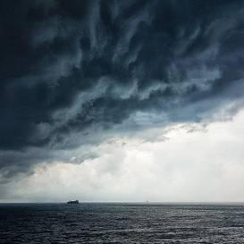Otrdien Latvijā gaidāmas <strong>intensīvas lietusgāzes, krusa un stiprs vējš</strong>