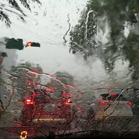 Sarkanais brīdinājums: <strong>gaidāmas ekstremālās lietavas</strong> valsts centrālajos rajonos