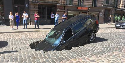 Ģertrūdes ielā <strong>BMW izkrīt cauri bruģim</strong>
