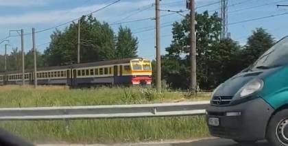 VIDEO: Ķegumā dzelzceļa pārbrauktuvi šķērso vilciens, bet <strong>barjera un signāls nereaģē</strong>
