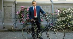 Kultūras ministrs Puntulis lepojas ar retro velosipēdu: <strong>Tas ir vecs Holandes zirgs!</strong>
