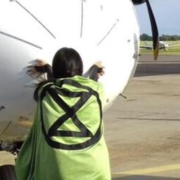 Vides aktīvisti Zviedrijā <strong>pielīmējas pie SAS lidmašīnas korpusa</strong>
