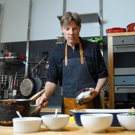 Režisors <strong>Dāvis Auškāps piepilda garšīgu sapni</strong> un atver virtuves studiju