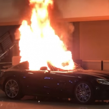Grautiņi ASV: Oklendā <strong>sadedzina jaunus <em>Mercedes-Benz</em> un izposta autosalonu</strong>