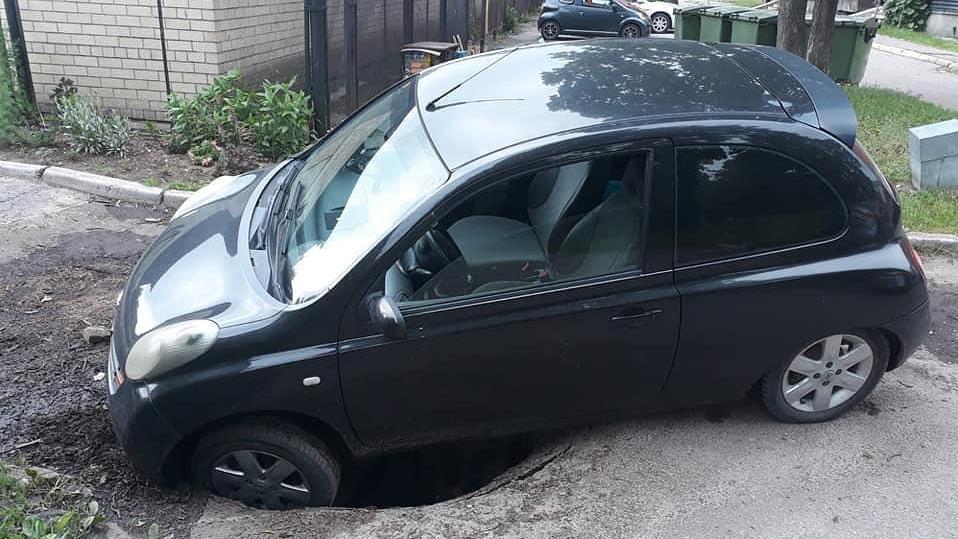 Vēl viens Rīgas krāteru upuris: <strong>Pleskodālē automašīna ielūzt asfaltā</strong>