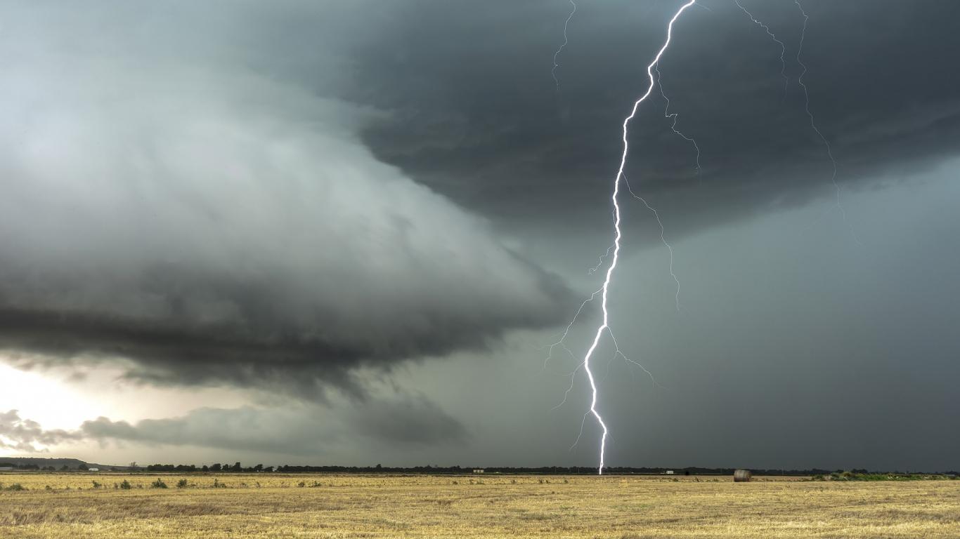 Brīdina par gaidāmu pērkona negaisu un iespējamu <strong>lielgraudu krusu valsts centrālajos rajonos</strong>