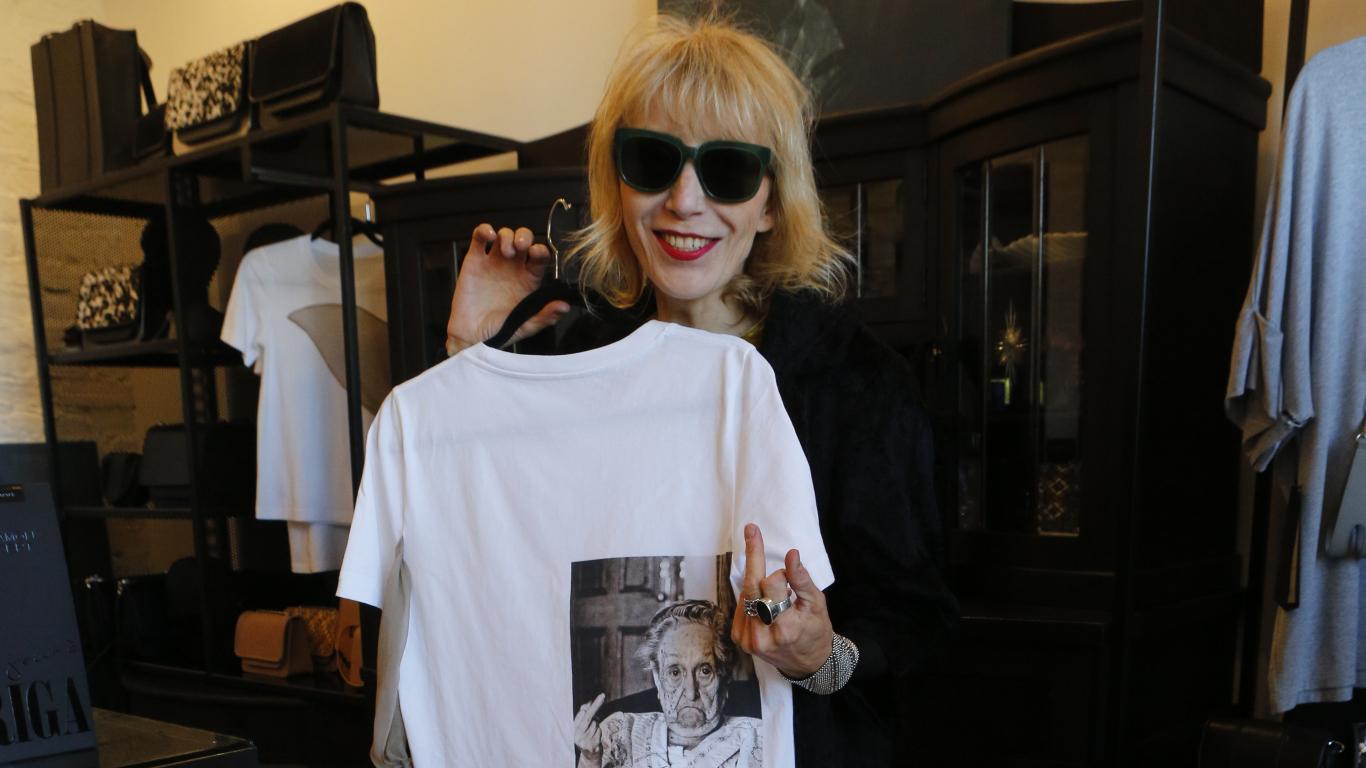 Māksliniece Antra Hanna Pujēna krīzes laikā <strong>izveidojusi huligānisku T kreklu kolekciju</strong>