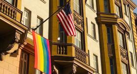 Pie ASV vēstniecības Maskavā izkārts <strong>varavīksnes karogs</strong>