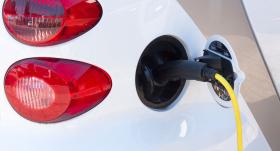 <strong>Elektroauto uzlādes vietu izveidei paredzētos 461 154 eiro</strong> novirzīs elektrovilcienu projektam