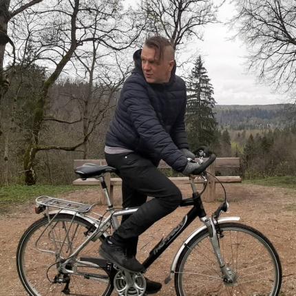 Sabiedrībā zināmi cilvēki <strong>izbauda jauno brīvības simbolu — velosipēdu</strong>