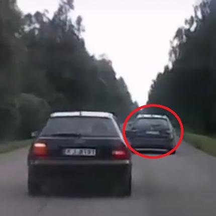 VIDEO: Autovadītājs <strong>grasās apdzīt netrafarēto policijas auto,</strong> bet likumsargi liek viņam pārdomāt